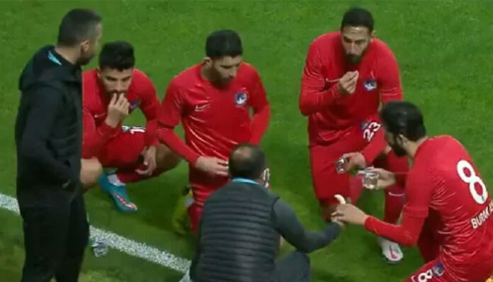 Video of Turkish footballers breaking the fast during the match goes viral